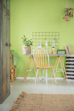 많은 녹색 냄비 꽃과 편안한 객실