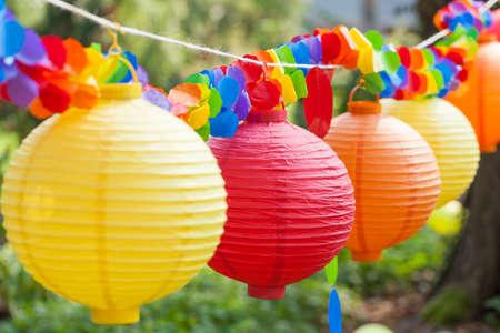 五颜六色的中国灯笼特写镜头在庭院里吊