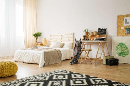 Ruime moderne slaapkamer ingericht met diy accessoires