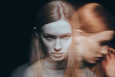 美しい、若い女性感悲しみと悲しみ 写真素材