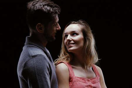 美しい女性の愛と彼女の若い男を見て