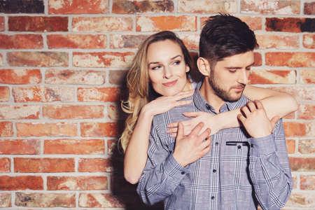 Lovende jonge vrouw knuffelen van achter haar knappe man