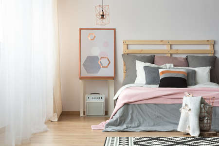 Spacious bright bedroom in pink, white and grey colors Banque d'images