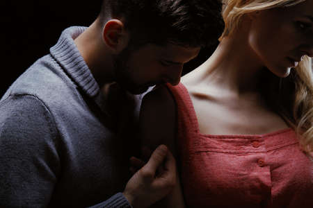 若い愛する男と女の関係の親密さのクローズ アップ