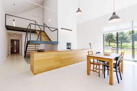 Piano rialzato in appartamento spazioso minimalista con dettagli in legno