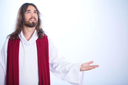 Jezus Christus zegt een gebed tot de hemel