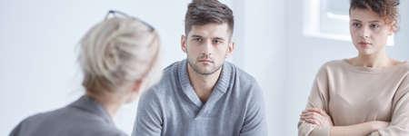 Psicólogo de relaciones que media en el matrimonio joven pensando en el divorcio