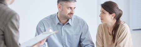 Psycholoog en jong huwelijk na succesvolle burgerlijke therapie Stockfoto