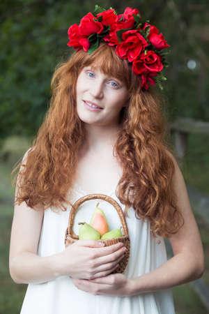 стиль жизни: Природная имбирь с цветочным венком с корзиной для фруктов