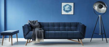 ソファ、モダンなミニマルな青い部屋のランプ 写真素材