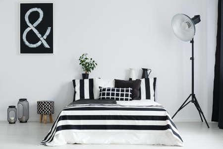 黒と白のベッドルーム ダブルベッドと幾何学的な装飾