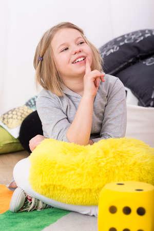 Leuk meisje lachend aan leraar tijdens de educatieve lessen Stockfoto