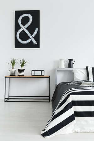 Modernes Schlafzimmer mit Holztisch und Schwarzweiss-Dekorationen