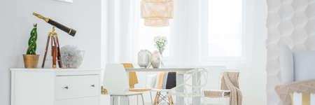 Helles Rauminnenraum mit Tisch und Kommode Standard-Bild - 80161621