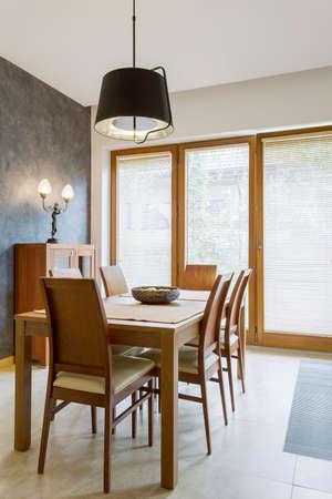木製のテーブルと椅子のある古典的なシンプルなダイニング ルームのビュー 写真素材 - 80894269
