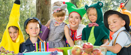 Kostuumfeest voor kinderen in de tuin Stockfoto - 80717086