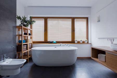 独立したバスタブ付きの広々 とした快適なバスルーム 写真素材 - 86102799