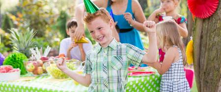 Jeune garçon appréciant sa fête d'anniversaire Banque d'images - 80717093
