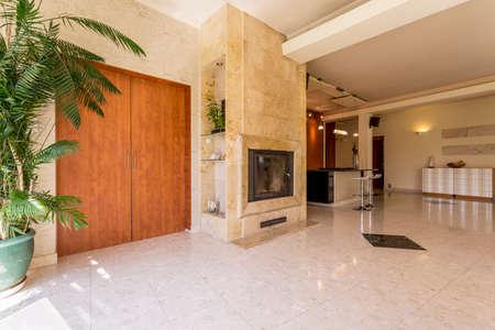 ドア、トラバーチンの暖炉とキッチン バック グラウンドでエレガントな広々 とした廊下