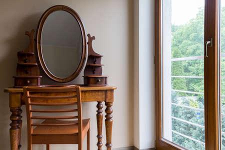 古い鏡台とウィンドウのエレガントな個室 写真素材 - 80820971