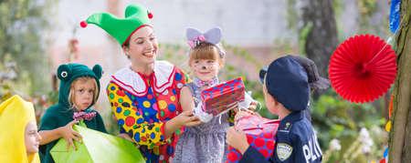 Animateur joue avec les enfants pendant la fête de jardin Banque d'images - 80717095