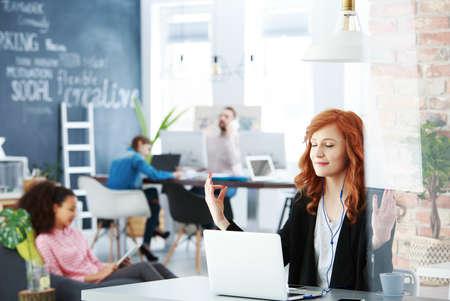 Mooie vrouw die kalm blijft in situaties die mediteren op de werkplek Stockfoto