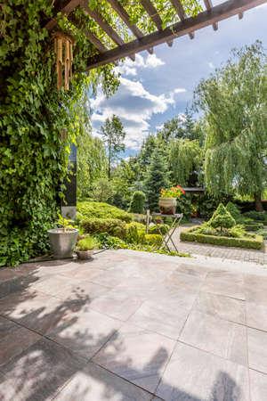 Vista exterior de uma luxuosa villa jardim, terraço e pátio Foto de archivo
