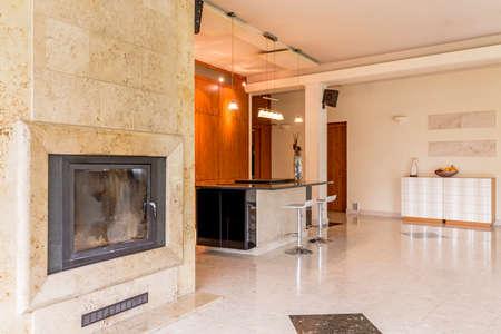 明るく広々 としたリビング ルームに暖炉トラバーチンとオープン キッチン