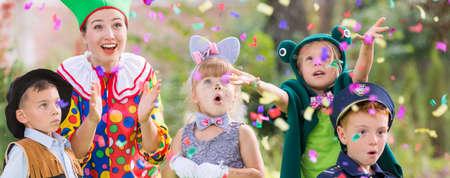 Chef de la jeunesse célébrant la fête avec les enfants Banque d'images - 80717114