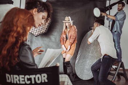 Beginner model poseren voor modefotograaf
