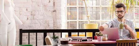 Knappe freelancer die in modern industrieel cafe werkt Stockfoto - 80781250