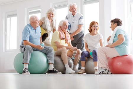 Gruppe von aktiven Senioren reden nach dem Training Standard-Bild - 81369088