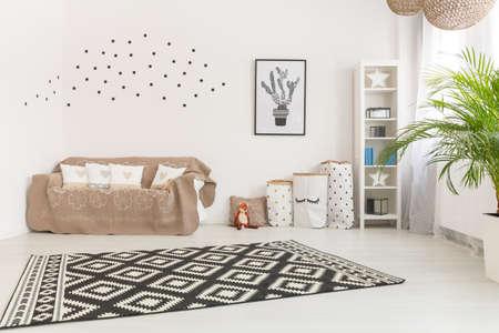 ミニマルなデザインと色のタッチのかわいい赤ちゃんの部屋 写真素材