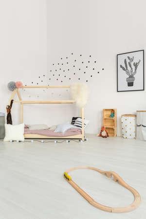 크림색의 섬세한 아기 침실의 스칸디나비아 스타일 영감