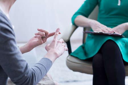 Close-up van de handen die van de vrouw de problemen verklaren aan psychotherapist