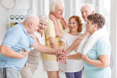 Ältere aktive Menschen freuen sich über ihr gemeinsames Training
