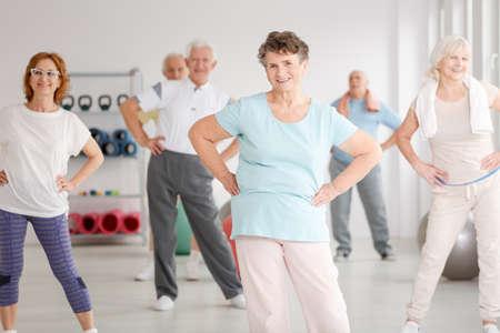 피트 니스 클럽에서 운동하는 활성 노인 그룹