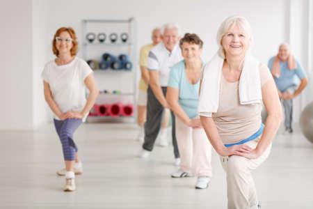 피트 니스 클럽에서 그룹에서 운동하는 노인 스톡 콘텐츠