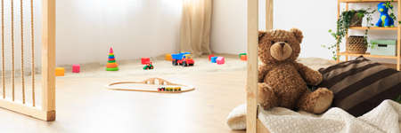 Piaskownica i zabawki w naturalnym pokoju dla dzieci