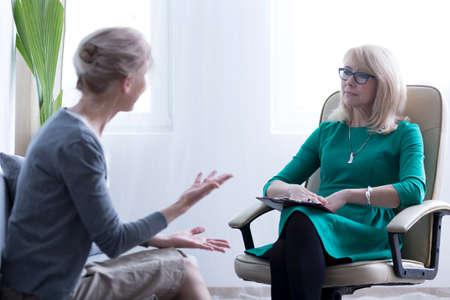 心配している女性の心理学者とセッションで問題の話 写真素材
