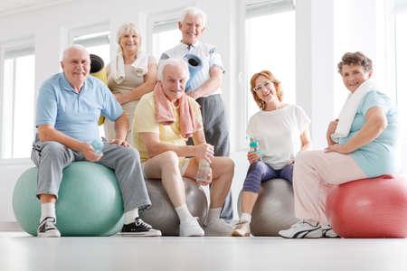 Senior fitness team resting after workout on a gym 版權商用圖片 - 81367494