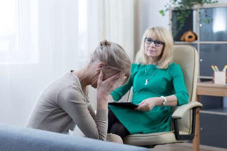彼女の感情の心理学者と話して心配する母親