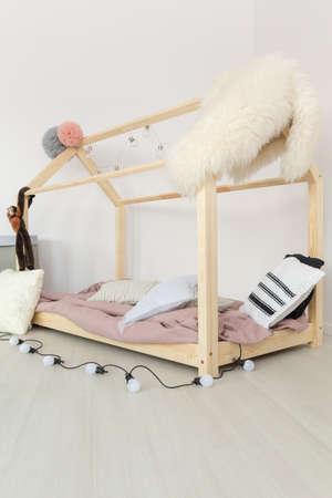 ふわふわの柔らかい繊維と光のパステル赤ちゃんのベッドルーム