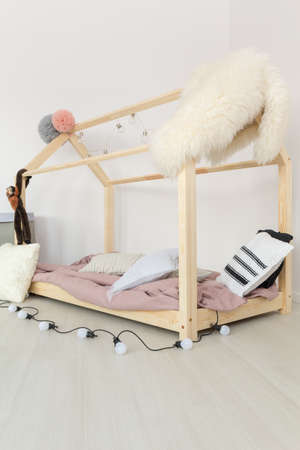 Light pastel baby bedroom with fluffy soft textiles Banco de Imagens - 81304329