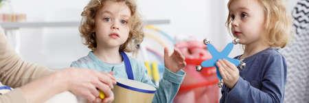 Kleine kinderen hebben leuke instrumenten op de kleuterschool