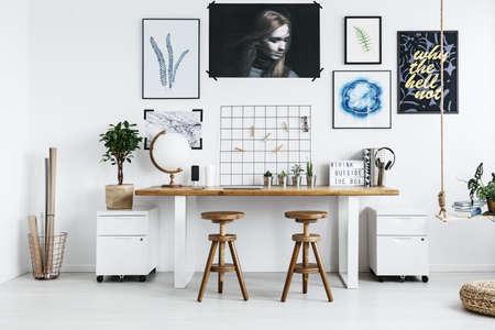 トレンディなホーム オフィスのアクセサリーとモダンなダブル デスク