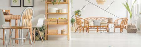 Geräumiges Esszimmer mit großen weißen Lounge verbunden Standard-Bild - 82159242