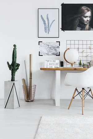 机や椅子、サボテンとスタイリッシュなホワイト ルーム インテリア 写真素材
