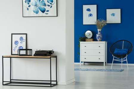 Flowery blue and white interior design of a living room Banco de Imagens