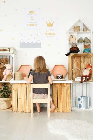 스칸디나비아 여자 방에서 나무 상자로 만든 DIY 책상